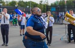 莫斯科,俄罗斯- 2018年6月26日:在莫斯科街道dur的足球迷 库存图片