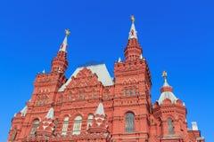 莫斯科,俄罗斯- 2018年4月15日:在蓝天背景的莫斯科陈述历史博物馆大厦在一个晴朗的早晨 库存图片