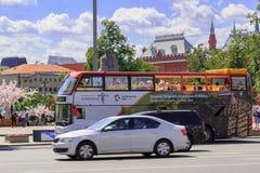 莫斯科,俄罗斯- 2018年6月03日:在街道上的游览车在莫斯科在一个晴朗的夏天早晨 免版税图库摄影