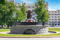 莫斯科,俄罗斯- 2018年6月03日:在革命正方形的Vitali喷泉在莫斯科在一个晴朗的夏天早晨 库存照片