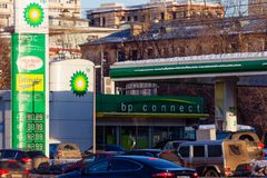 莫斯科,俄罗斯- 2018年3月20日:在高速公路的BP Connect加油站在繁忙的莫斯科区由太阳光芒点燃 免版税库存照片