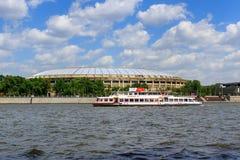 莫斯科,俄罗斯- 2018年5月30日:在Luzhniki体育场背景的游船在晴天 图库摄影