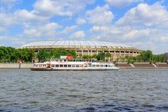 莫斯科,俄罗斯- 2018年5月30日:在Luzhniki体育场背景的游船  从Vorob ` yevskaya堤防的看法 库存图片