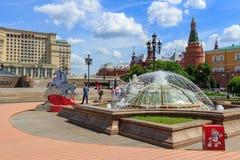 莫斯科,俄罗斯- 2018年6月03日:在Manezhnaya广场的喷泉在莫斯科在一个晴朗的夏天早晨 库存图片