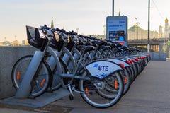 莫斯科,俄罗斯- 2018年5月03日:在Moskva河的堤防的停车处出租自行车克里姆林宫背景的  免版税库存图片
