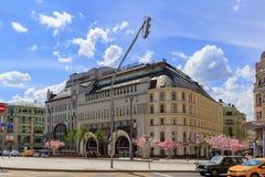 莫斯科,俄罗斯- 2018年6月03日:在Nikol ` skaya街道上的五星旅馆圣里吉斯莫斯科Nikol ` skaya在蓝天背景 免版税库存图片