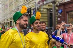 莫斯科,俄罗斯- 2018年6月26日:在Nikolskaya街道上的足球迷 免版税图库摄影