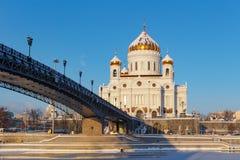 莫斯科,俄罗斯- 2018年2月01日:基督大教堂Patriarshiy桥梁背景的救主反对在晴朗的蓝天 图库摄影