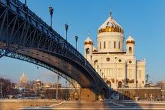 莫斯科,俄罗斯- 2018年2月01日:基督大教堂Patriarshiy桥梁背景的救主 莫斯科冬天 库存图片
