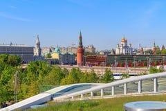 莫斯科,俄罗斯- 2018年6月03日:基督的克里姆林宫和大教堂看法从Zaryadye的救主在一个晴朗的夏天mo停放  库存照片
