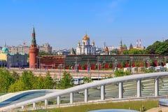 莫斯科,俄罗斯- 2018年6月03日:基督的克里姆林宫和大教堂看法从Zaryadye的救主在一个晴朗的夏天mo停放  图库摄影