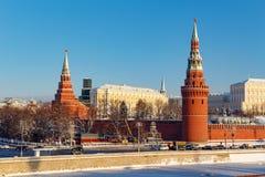 莫斯科,俄罗斯- 2018年2月01日:堡垒墙壁和克里姆林宫塔晴朗的冬日 从Bol ` shoy Kamennyy的看法 库存图片