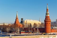 莫斯科,俄罗斯- 2018年2月01日:堡垒墙壁和克里姆林宫塔晴朗的冬日 从Bol ` shoy Kamennyy的看法 图库摄影