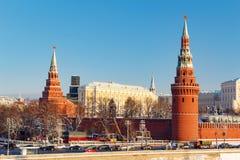 莫斯科,俄罗斯- 2018年2月01日:堡垒墙壁和克里姆林宫塔晴朗的冬日 从Bol ` shoy Kamennyy的看法 免版税图库摄影