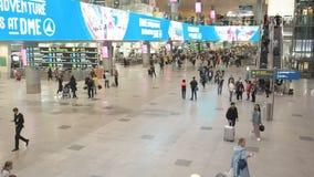 莫斯科,俄罗斯- 2019年5月6日:多莫杰多沃国际机场的人们 乘客的注册飞行的 股票录像