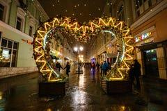 莫斯科,俄罗斯- 2016年11月4日:夜都市风景,圣诞节和新年街道装饰,走的人们,街灯 库存图片