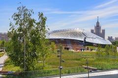 莫斯科,俄罗斯- 2018年6月03日:大圆形剧场玻璃屋顶在摩天大楼背景的Zaryadye公园Kotelnicheska的 库存图片