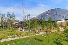 莫斯科,俄罗斯- 2018年6月03日:大圆形剧场玻璃屋顶在蓝天和绿草背景的Zaryadye公园 图库摄影