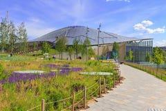 莫斯科,俄罗斯- 2018年6月03日:大圆形剧场玻璃屋顶在Zaryadye公园在一个晴朗的夏天早晨 免版税图库摄影