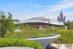 莫斯科,俄罗斯- 2018年6月03日:大圆形露天剧场在摩天大楼背景的Zaryadye公园Kotelnicheskaya堤防的 免版税图库摄影