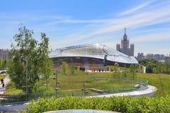 莫斯科,俄罗斯- 2018年6月03日:大圆形露天剧场在Zaryadye公园在一个晴朗的夏天早晨 免版税库存图片