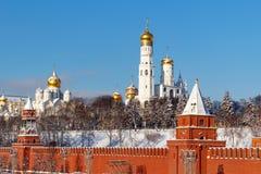 莫斯科,俄罗斯- 2018年2月01日:天使的大教堂与金黄圆顶的在克里姆林宫 莫斯科冬天 图库摄影