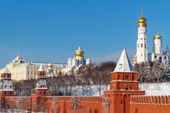 莫斯科,俄罗斯- 2018年2月01日:天使的大教堂与金黄圆顶的在克里姆林宫 莫斯科冬天 库存图片