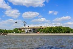 莫斯科,俄罗斯- 2018年5月30日:奥林匹克复杂Luzhniki的大竞技场与索道的横跨Moskva河在晴天 库存照片