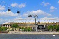 莫斯科,俄罗斯- 2018年5月30日:奥林匹克复杂Luzhniki的大竞技场与缆车的横跨Moskva河 免版税库存照片