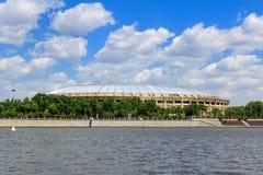 莫斯科,俄罗斯- 2018年5月30日:奥林匹克复杂Luzhniki的大竞技场在Moskva河背景的在晴天 免版税图库摄影