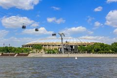 莫斯科,俄罗斯- 2018年5月30日:奥林匹克复杂Luzhniki的大竞技场在Moskva河背景的在晴天 免版税库存图片