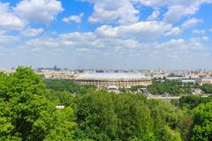 莫斯科,俄罗斯- 2018年5月30日:奥林匹克复杂Luzhniki的看法从麻雀小山的在晴天 免版税图库摄影