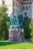 莫斯科,俄罗斯- 2018年6月02日:学生建筑旅团的纪念碑临近罗蒙诺索夫莫斯科Sta的物理教职员大厦  图库摄影