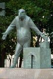 莫斯科,俄罗斯- 2008年7月24日:孩子是成人恶习的受害者是俄国艺术家创造的一个小组铜雕塑 库存图片