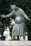 莫斯科,俄罗斯- 2008年7月24日:孩子是成人恶习的受害者是俄国艺术家创造的一个小组铜雕塑 免版税图库摄影