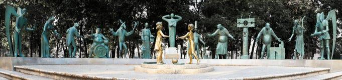 莫斯科,俄罗斯- 2008年7月24日:孩子是成人恶习的受害者是俄国艺术家创造的一个小组铜雕塑 库存照片