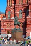 莫斯科,俄罗斯- 2018年5月27日:安排状态历史博物馆背景的茹科夫的纪念碑  库存照片