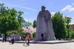 莫斯科,俄罗斯- 2018年6月03日:对卡尔・马克思的纪念碑革命正方形的在莫斯科在一个晴朗的夏天早晨 库存图片