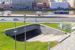 莫斯科,俄罗斯- 2018年6月03日:对地下博物馆Zaryadye的入口和通入向Moskva河在Zaryadye停放 免版税图库摄影