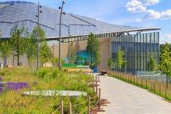 莫斯科,俄罗斯- 2018年6月03日:对小圆形露天剧场的小径在Zaryadye公园在一个晴朗的夏天早晨 免版税库存图片