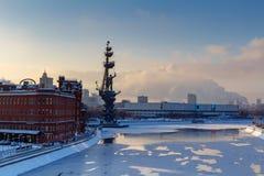 莫斯科,俄罗斯- 2018年2月01日:对彼得的纪念碑我莫斯科河的 莫斯科冬天 免版税库存图片