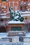 莫斯科,俄罗斯- 2018年2月01日:对米宁的以圣蓬蒿` s大教堂为背景的纪念碑和Pozharsky红场的 免版税库存照片