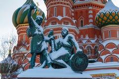 莫斯科,俄罗斯- 2018年2月01日:对米宁的以圣蓬蒿` s大教堂为背景的纪念碑和Pozharsky红场的 免版税库存图片