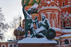 莫斯科,俄罗斯- 2018年2月01日:对米宁的在红场特写镜头的纪念碑和Pozharsky 莫斯科冬天 免版税库存照片