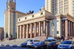 莫斯科,俄罗斯- 2018年6月02日:对罗蒙诺索夫以汽车为背景的莫斯科国立大学MSU大厦的入口  免版税库存照片