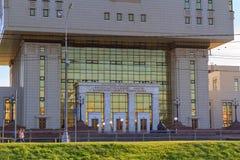 莫斯科,俄罗斯- 2018年6月02日:对罗蒙诺索夫在Lomonosovskiy av的莫斯科国立大学MSU根本图书馆的入口  免版税库存图片