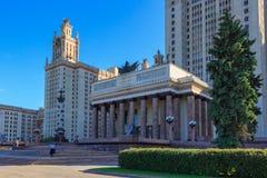 莫斯科,俄罗斯- 2018年6月02日:对罗蒙诺索夫莫斯科国立大学MSU大厦的大门在晴朗的夏天晚上 库存图片
