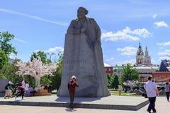 莫斯科,俄罗斯- 2018年6月03日:年长游人在纪念碑背景中做一selfie给卡尔・马克思在革命正方形 免版税库存照片