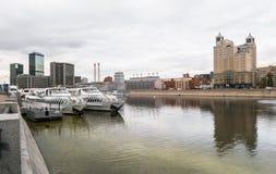 莫斯科,俄罗斯- 2017年10月24日:拉迪森小舰队现代业务分类游船在码头的在旅馆乌克兰附近 免版税库存图片