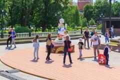 莫斯科,俄罗斯- 2018年6月03日:拍与世界杯足球赛俄罗斯2018年狼的正式标志的游人照片Zabivaka在Manezhn 库存图片